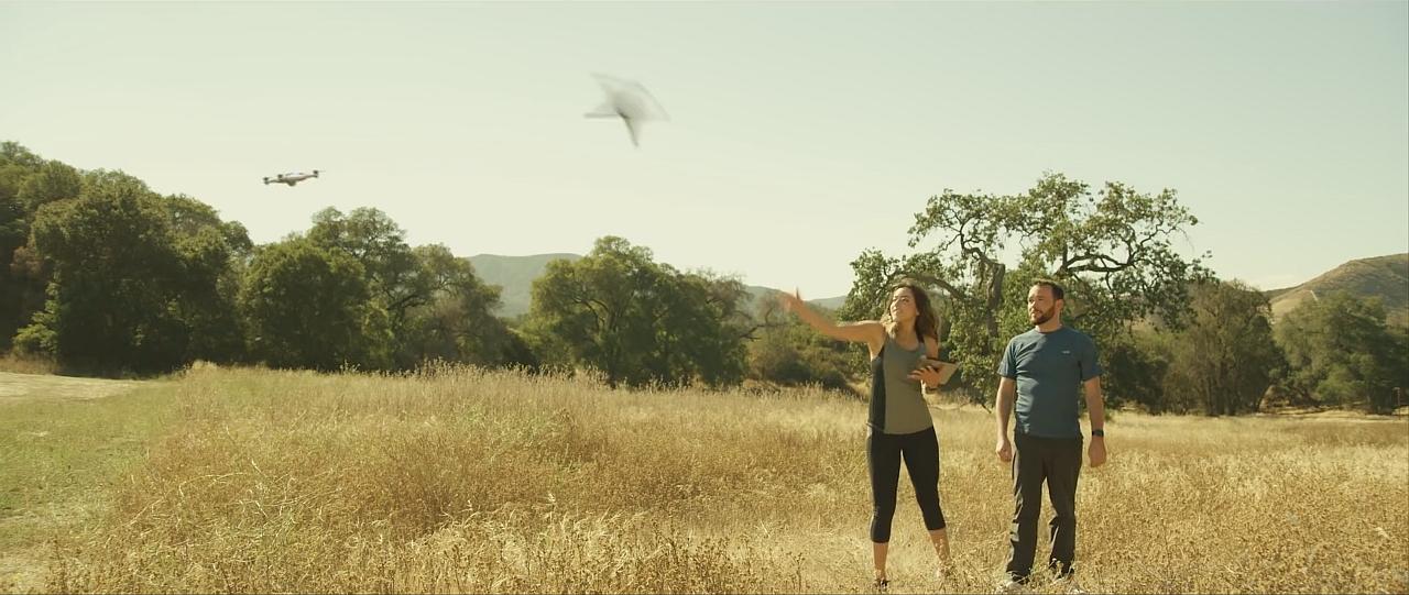 Tak będą wyglądały drony jutra – zamiast startu… rzut dronem, a potem automatyczny lot