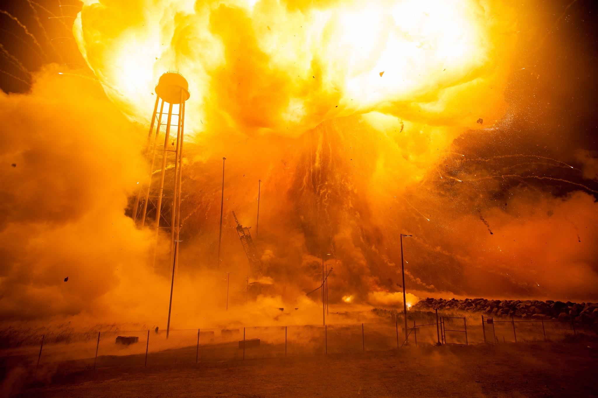 Jak piękna katastrofa, czyli eksplozja rakiety Antares na zdjęciach NASA