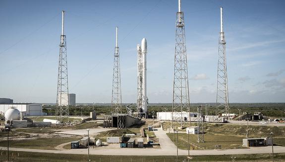 To widok jak z filmu science fiction – historyczne, pierwsze pionowe lądowanie rakiety Falcon 9 po misji orbitalnej