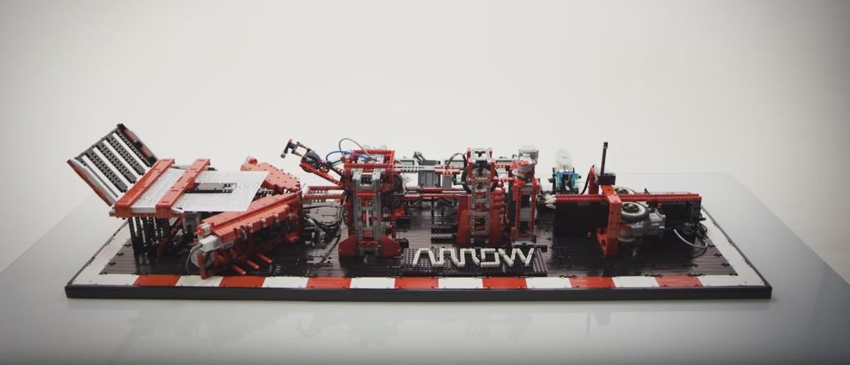 Wideo dnia: genialna maszyna z klocków Lego sama składa samoloty z papieru i puszcza je