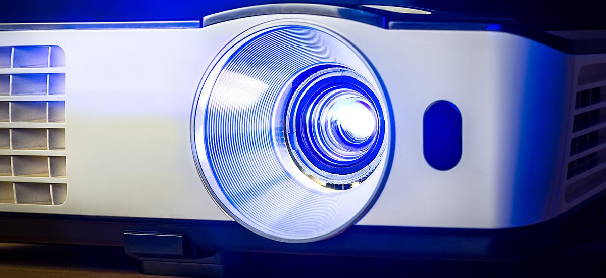 Projektor w salonie – czy to dobry pomysł i jakie urządzenie warto wybrać