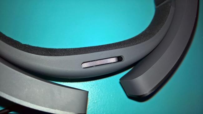 Tym pokrętłem dostosowujemy HoloLens do rozmiaru naszej głowy
