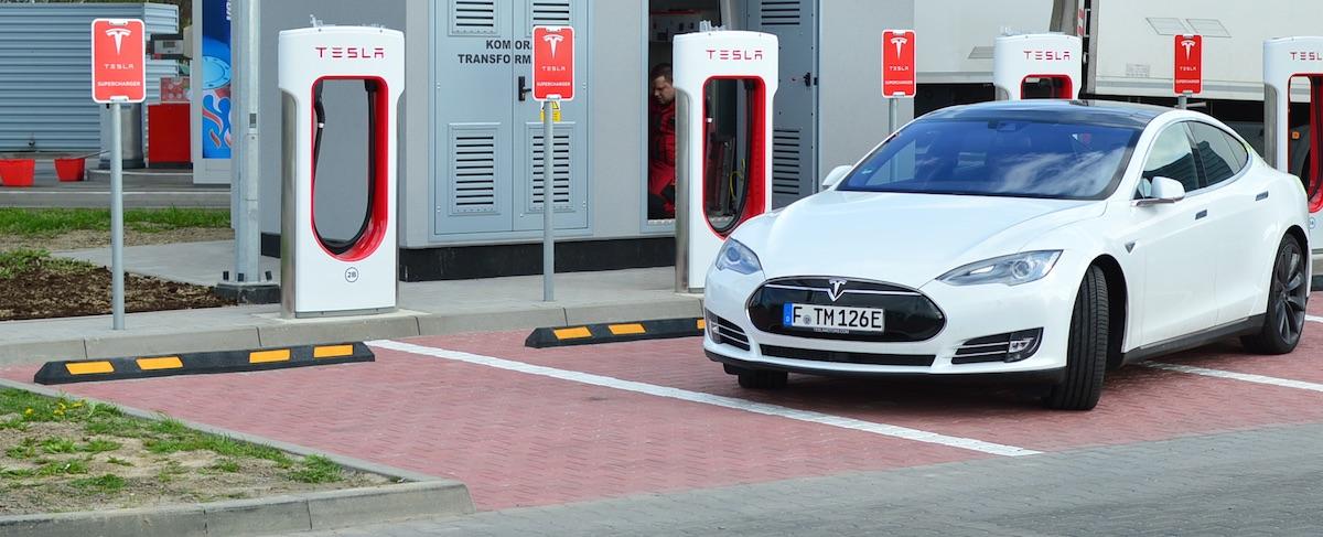 Pierwsze Superchargery Tesli w Polsce już odsłonięte. Byliśmy na miejscu