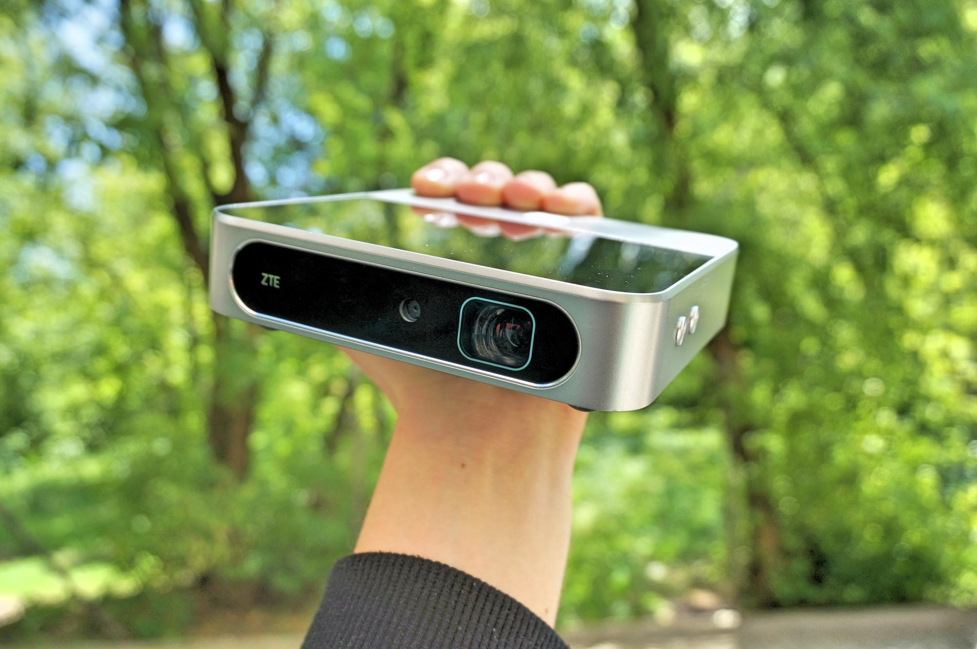 Smartfon, projektor, hotspot i powerbank w jednym. ZTE Spro 2 – recenzja Spider's Web