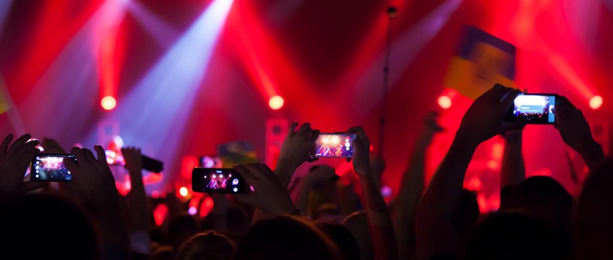 Koniec z wpatrywaniem się w smartfony na koncertach. W końcu mamy lek na tę zarazę