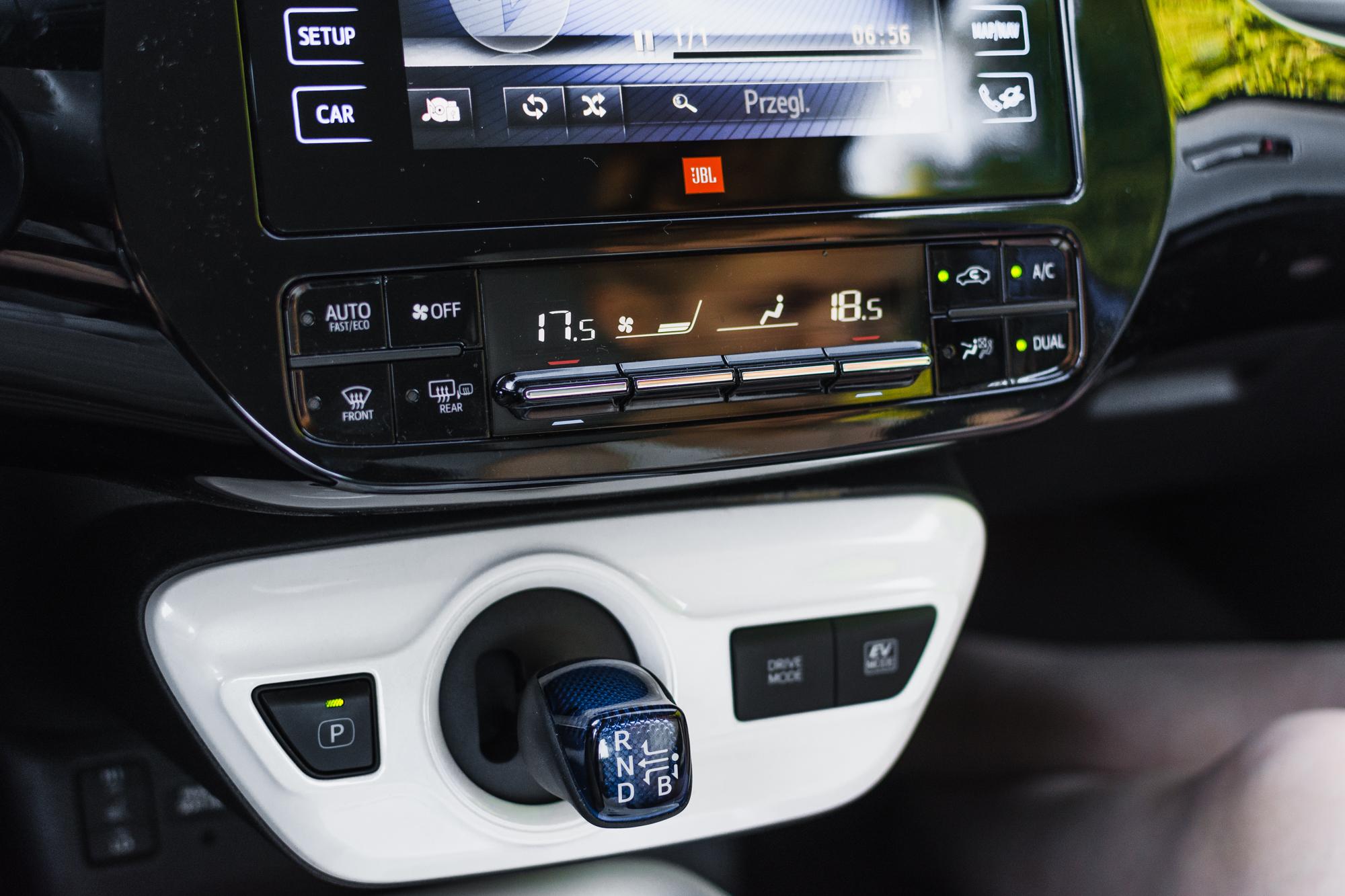 Toyota-Prius-srodek-1