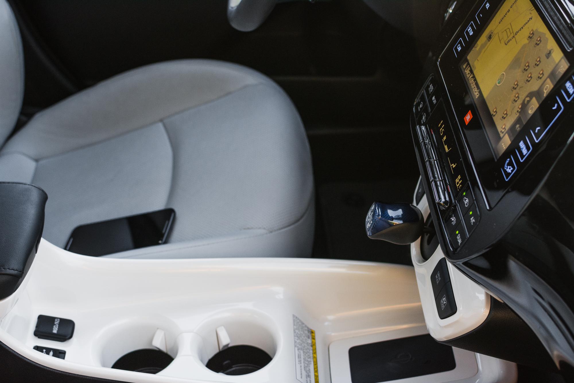 Toyota-Prius-srodek-12