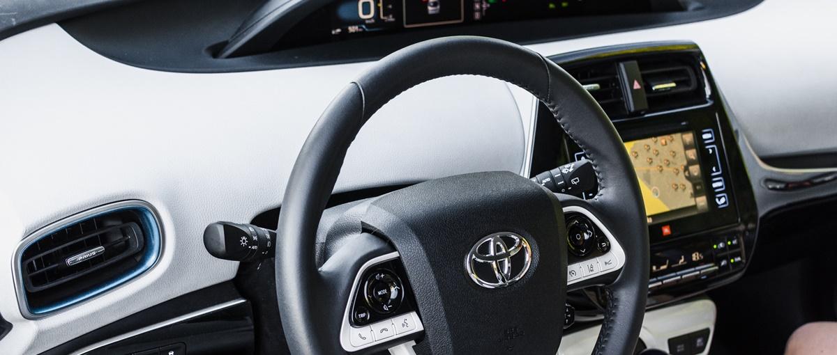 Jak się jeździ nową Toyotą Prius? Opowieść w 12 GIF-ach
