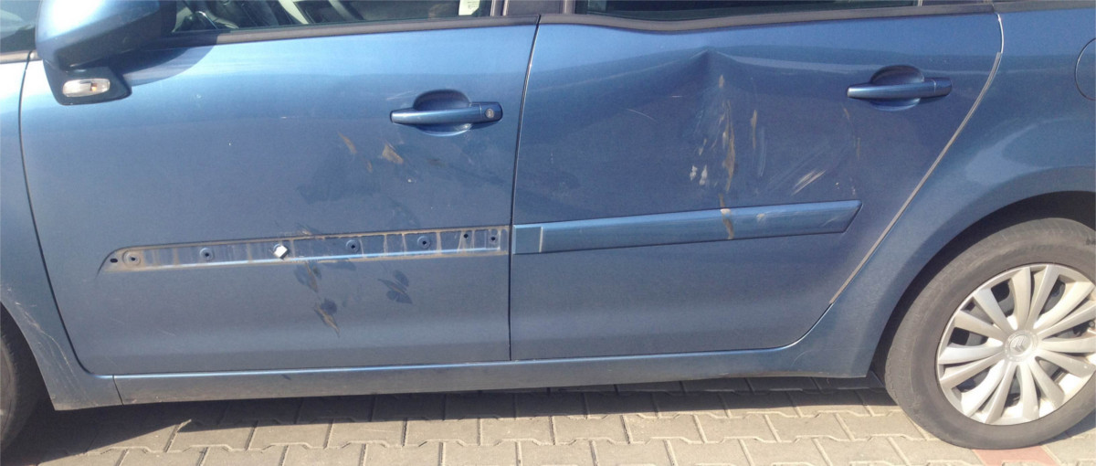 Taksówkarska bojówka znowu uderzyła – naruszenie nietykalności, zniszczony samochód i próba zacierania śladów