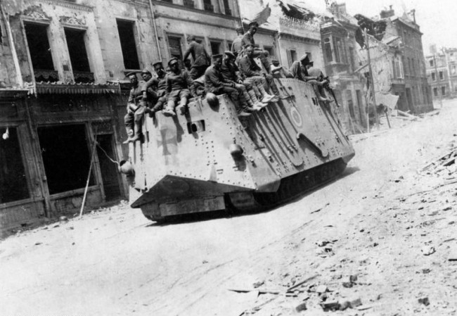A7V. Żródło: https://pl.wikipedia.org/wiki/A7V#/media/File:Bundesarchiv_Bild_183-P1013-316,_Westfront,_deutscher_Panzer_in_Roye.jpg