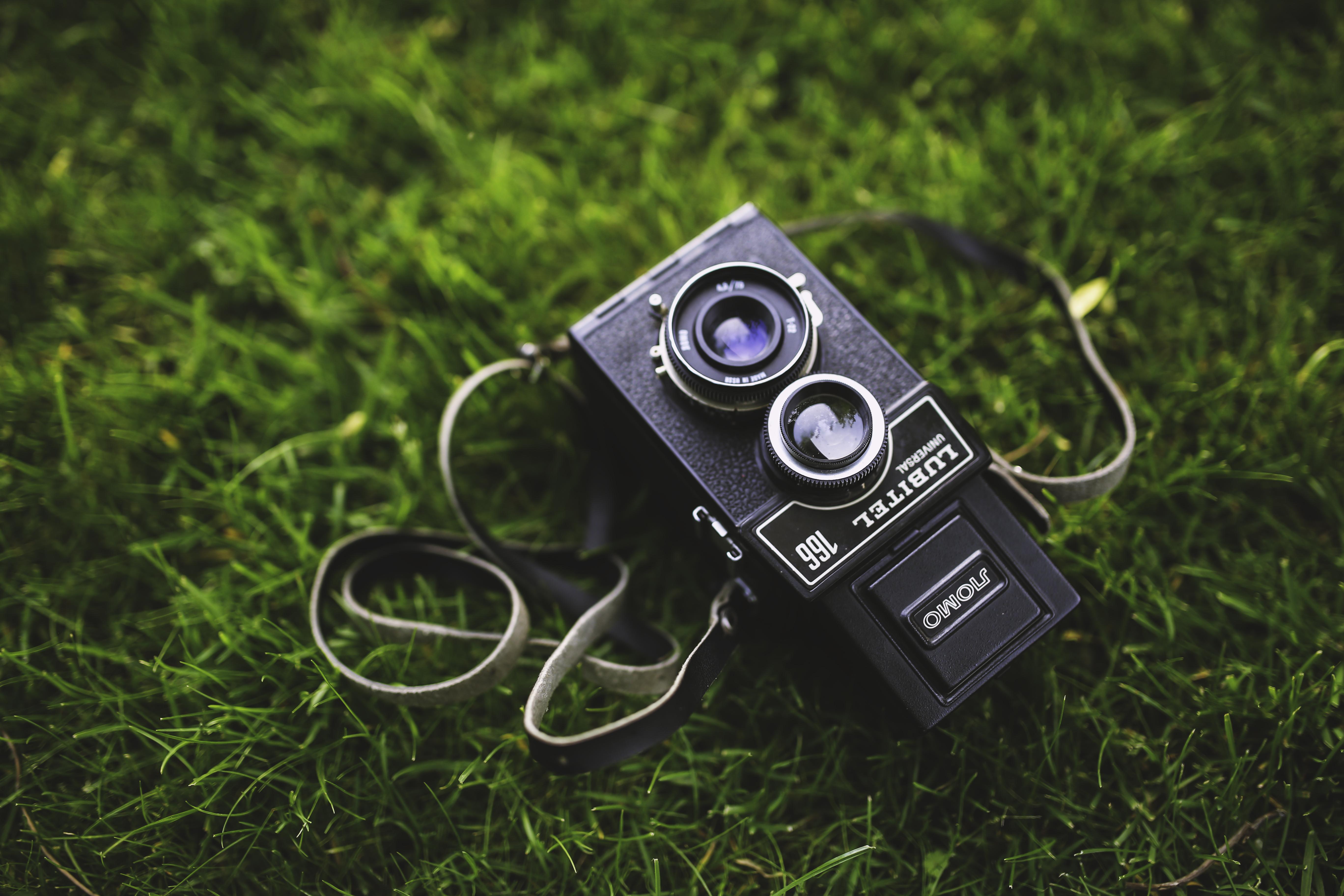 Jeszcze więcej retro! Najchętniej kupowany aparat nauczył się robić… czarno-białe zdjęcia