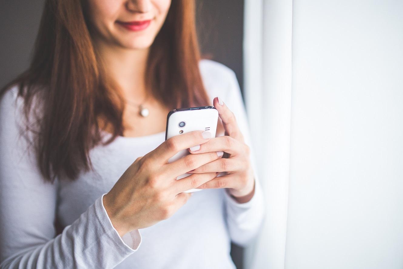 smartfon-social-media-fomo