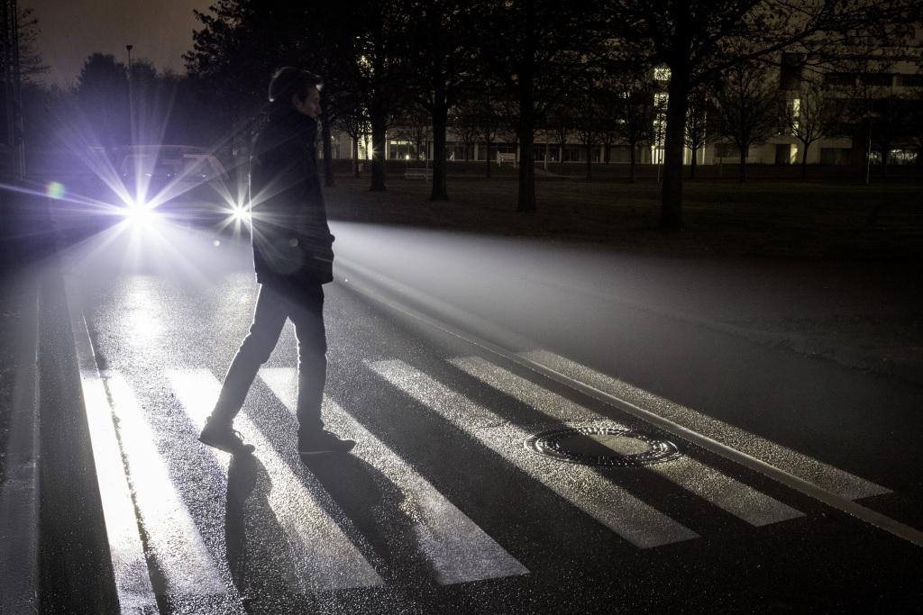 DIGITAL LIGHT: Mit der neuen HD-Scheinwerfergeneration von Mercedes-Benz lassen sich hochauflösende Projektionen auf die Straße projizieren. So kann das Fahrzeug andere Verkehrsteilnehmer warnen und mit ihnen kommunizieren.Erkennt das System Fußgänger am Straßenrand, kann das Auto beispielsweise einen Zebrastreifen als Signal zur sicheren Überquerung auf die Straße beamen. ; DIGITAL LIGHT: The new generation of HD headlamps from Mercedes-Benz can project high-resolution images onto the road surface. Consequently, the vehicle can warn other road users and communicate with them. For instance, if the vehicle identifies pedestrians at the side of the road, the vehicle can project a zebra crossing onto the road surface as a signal to safely cross the road. ;