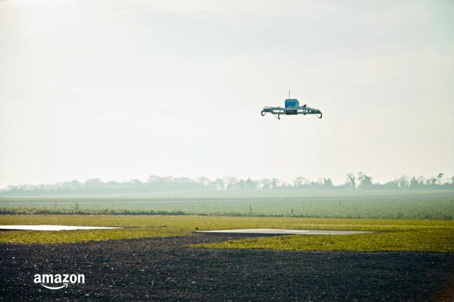 Zdjęcie dnia: Amazon dostarcza pierwszą przesyłkę dronem