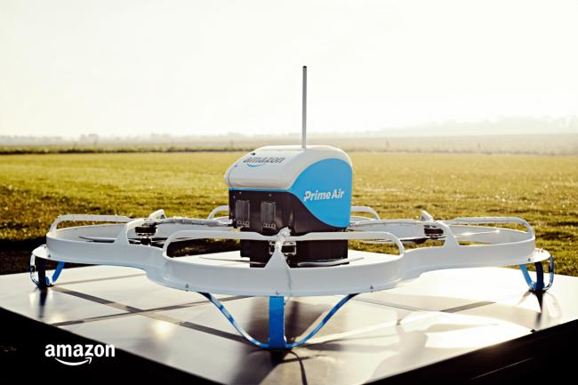 Dron, którym Amazon dostarcza przesyłki.