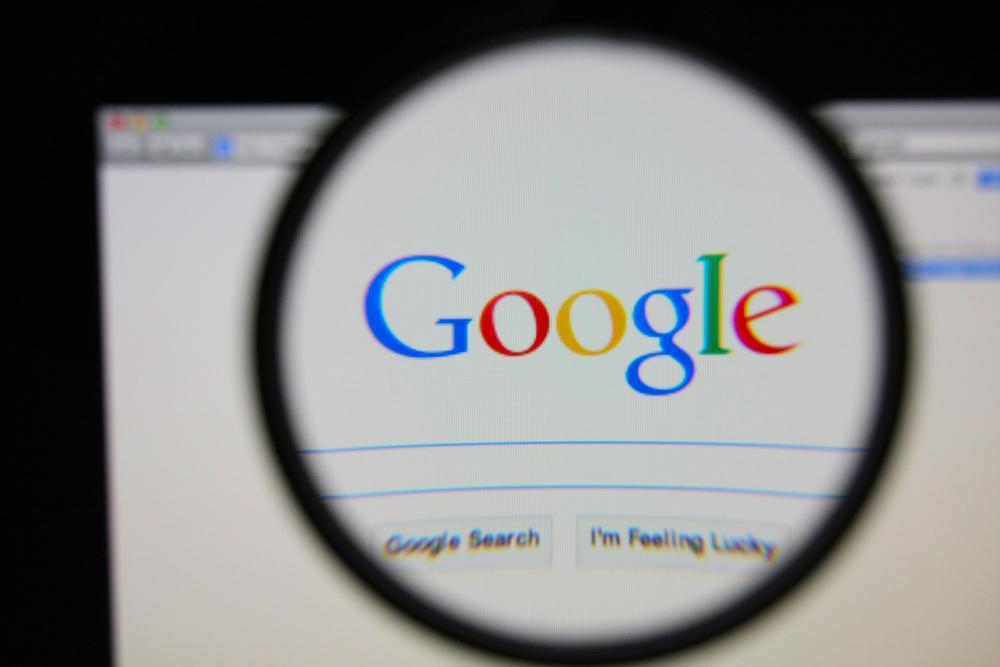 Dlaczego Google promuje treści negujące holokaust?