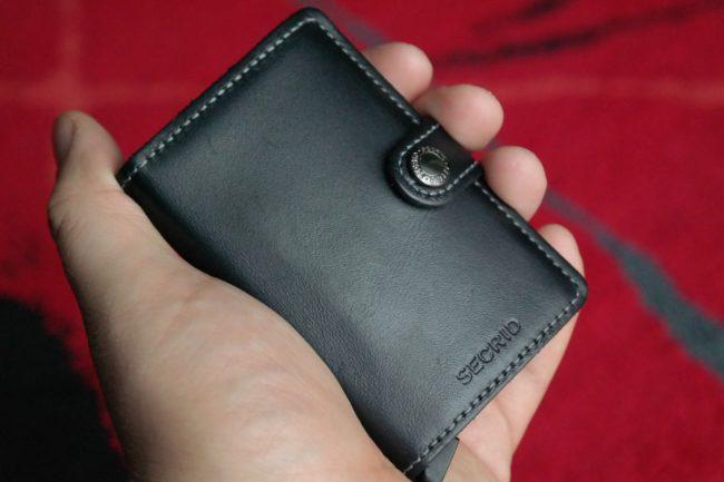 Secrid Miniwallet w dłoni.