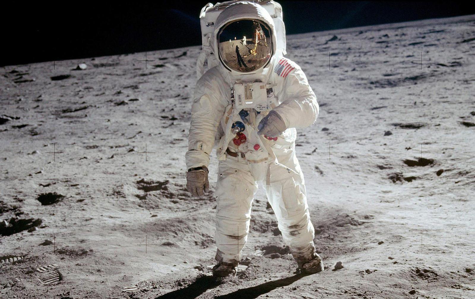 Zdjęcie wykonane Hasselbladem na powierzchni Księżyca.