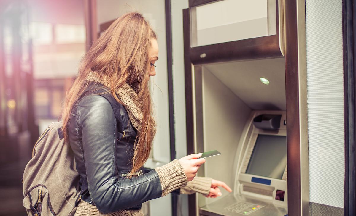 mBank wprowadza nowe prowizje za wypłaty z bankomatów. Przy okazji podpowiada… jak ich nie płacić