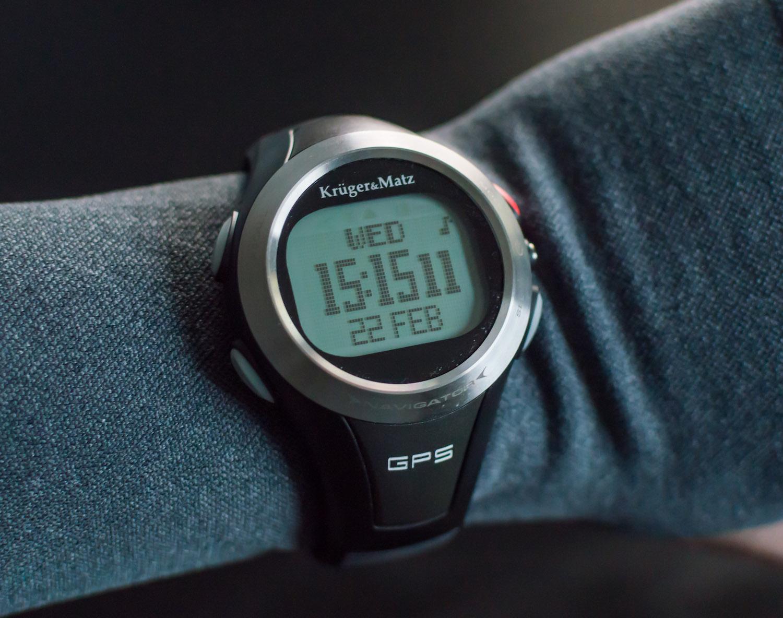 Czy warto kupić tani zegarek do biegania? 15 powodów, żeby to zrobić i 9, żeby jednak nie