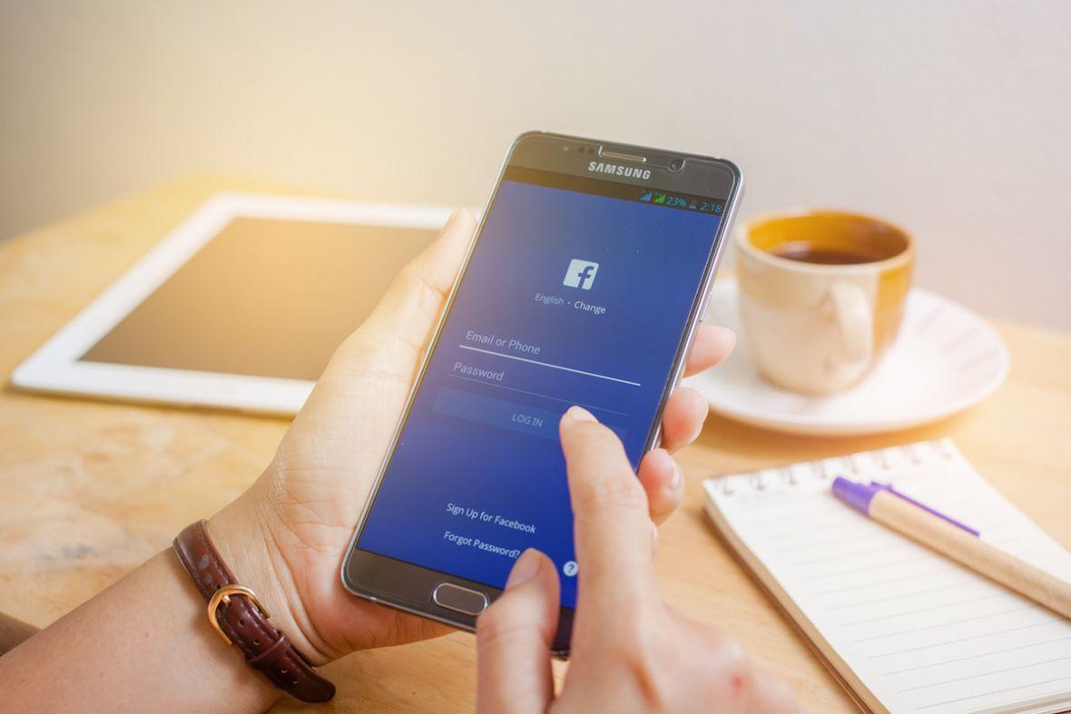 Kolorowe statusy na Facebooku zostaną z nami na dłużej. Teraz trafiają na iPhone'a i do przeglądarki