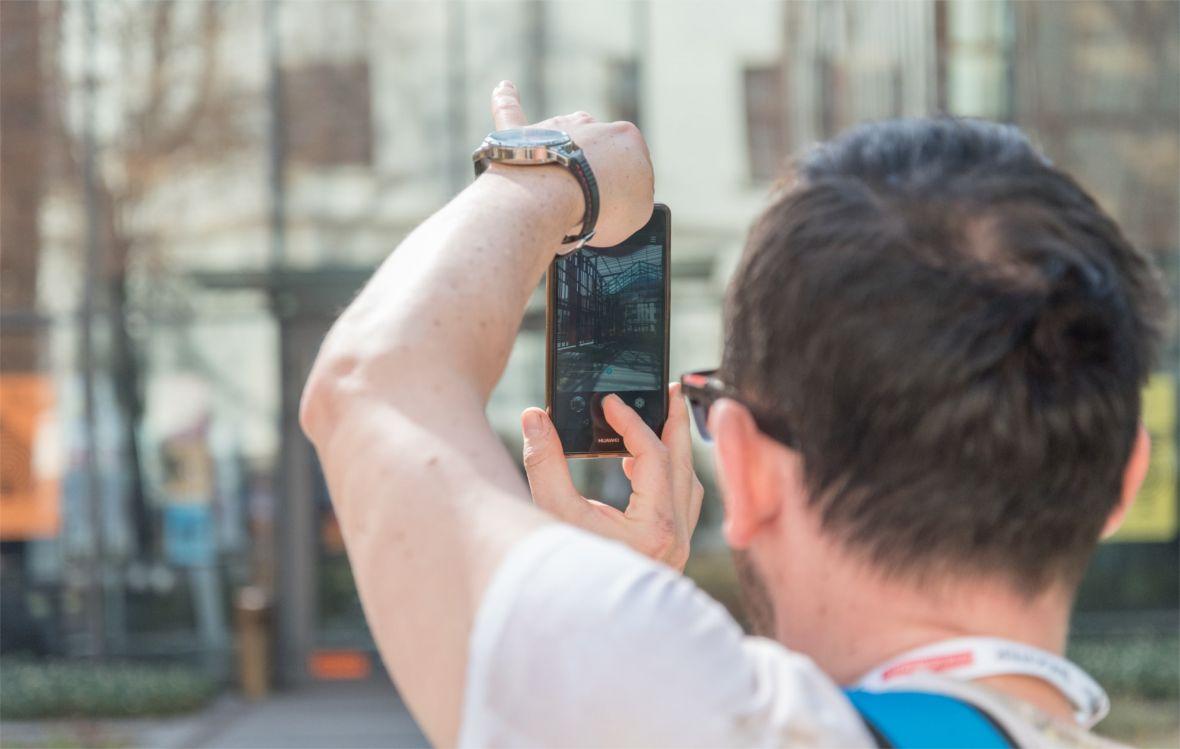 Smartfon z powodzeniem zastąpi aparat podczas urlopu. Na co zwrócić uwagę przy zakupie?