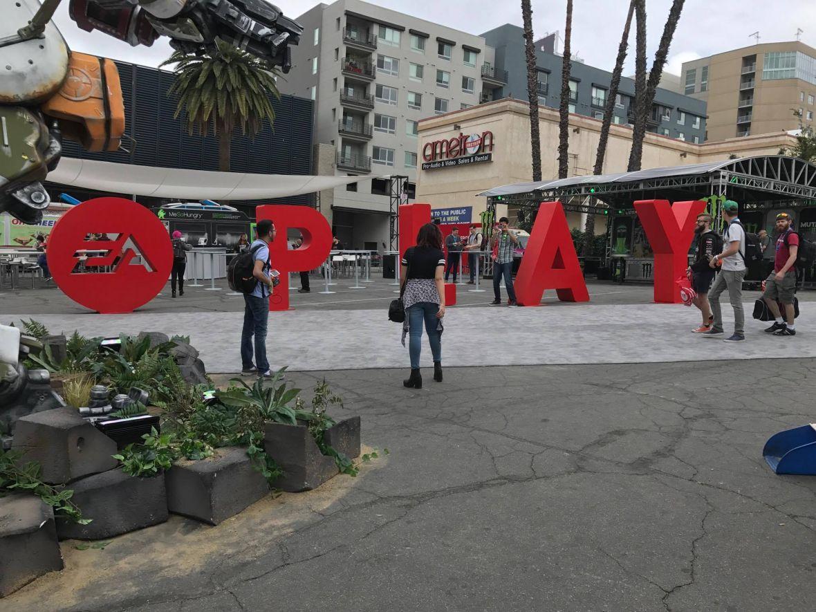 Jesteśmy już na E3 2017. W Los Angeles przywitał nas wielki robot bojowy oraz prawdziwe Simsy