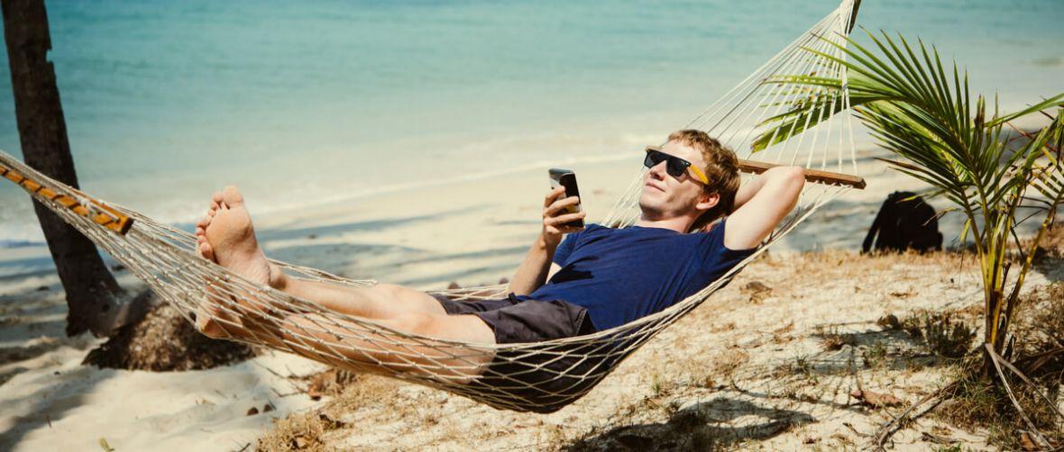 Podpowiadamy, jak w pełni wykorzystać smartfon podczas wakacji i jak o niego zadbać
