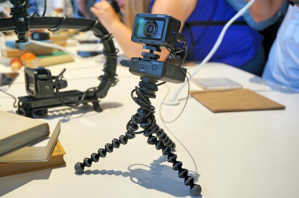 sony rx0. z drugiej strony mamy bardzo zaawansowane tryby filmowe. rx0 bazuje na sporej matrycy exmor rs o przekątnej 1 cala, a tak duży sensor zamknięty w kostce sony rx0