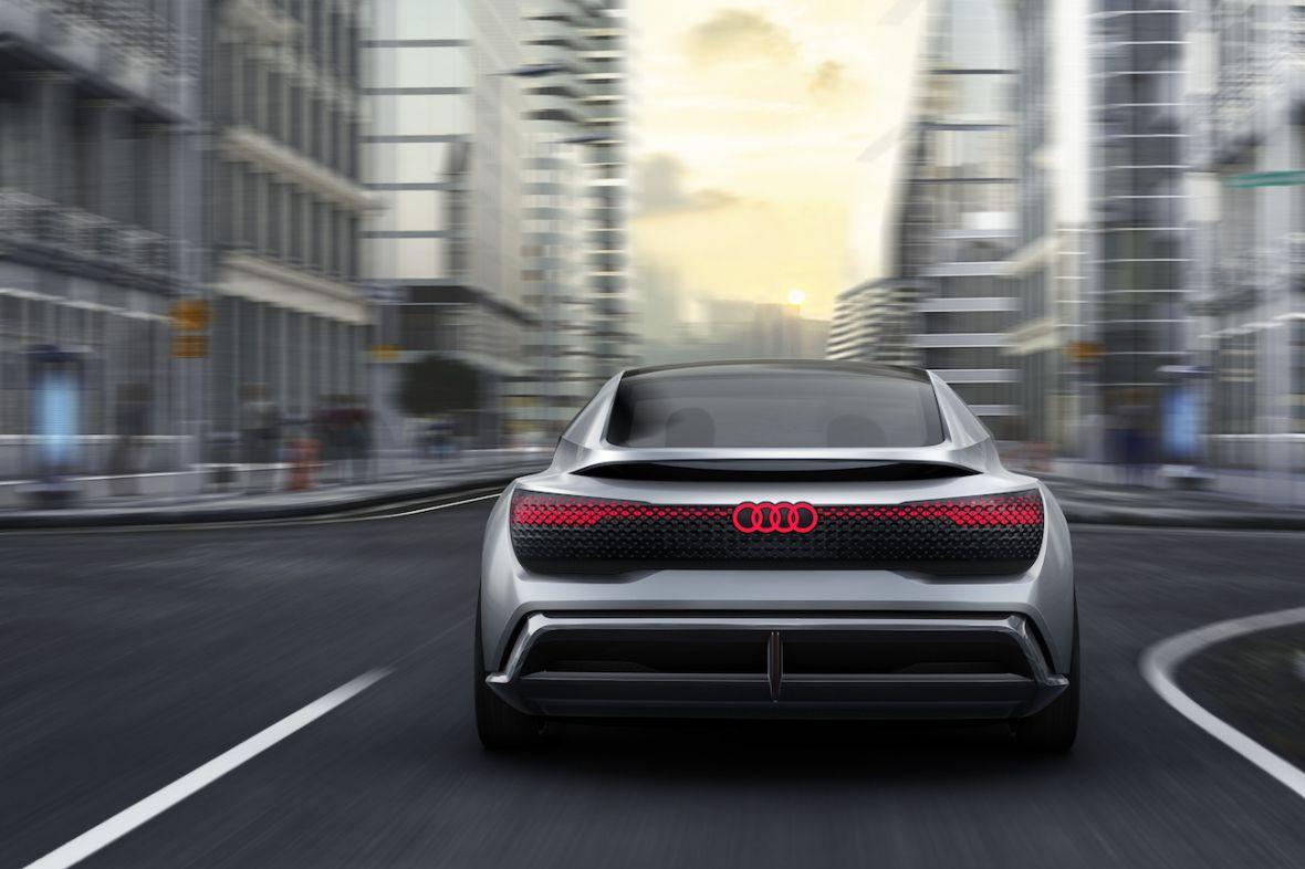 Audi przyszłości nie ma pedałów i kierownicy. Ma za to… drona z latarką