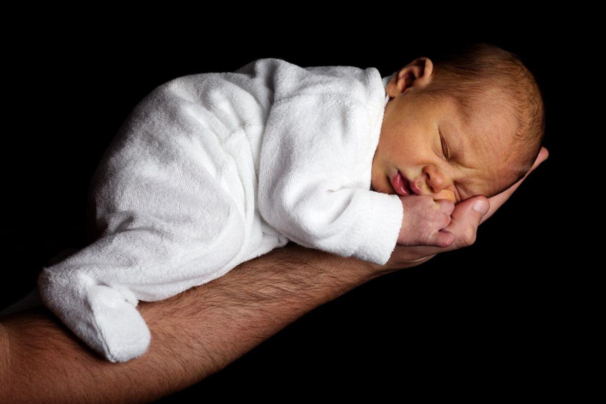 Rodzice noworodka kontra nauka i medycyna, czyli co się dzieje z dzieckiem tuż po urodzeniu