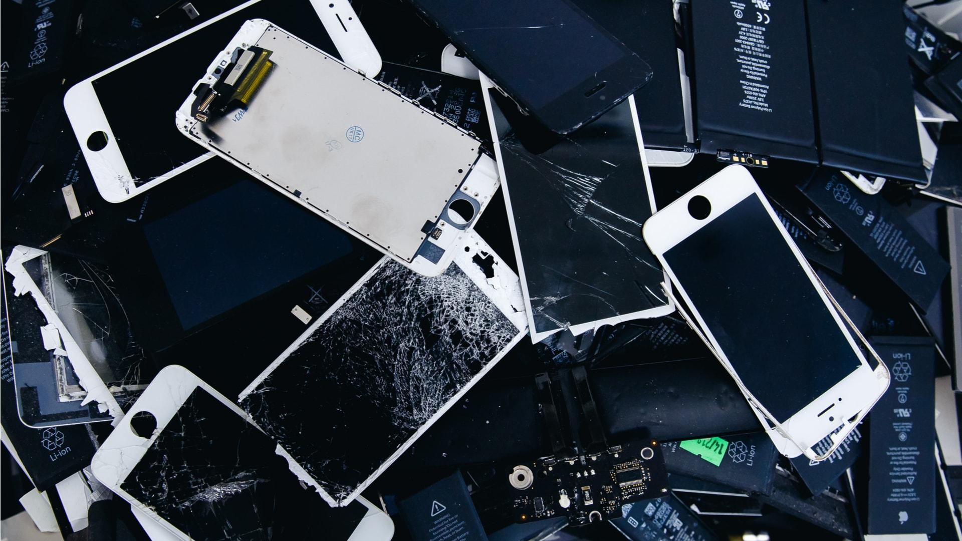 Apple obniża wydajność starych iPhone'ów. Klienci w Polsce mogą domagać się wymiany na nowe