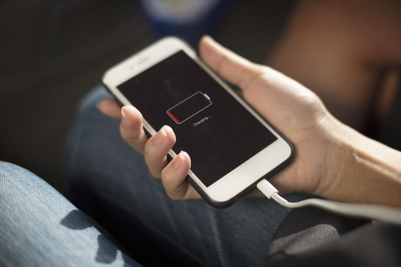 Wymiana baterii w iPhone 6, 6s i 7 - ile kosztuje i jak to zrobić?