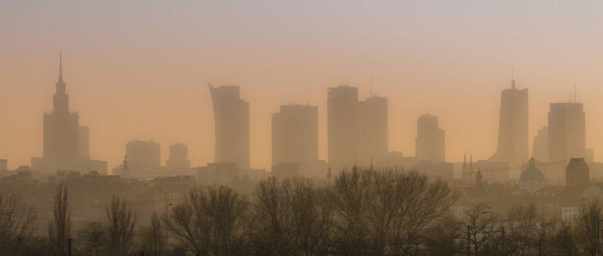 Miliony Polaków oddychają smogiem? Nic nie szkodzi. Smog w Warszawie? Panika