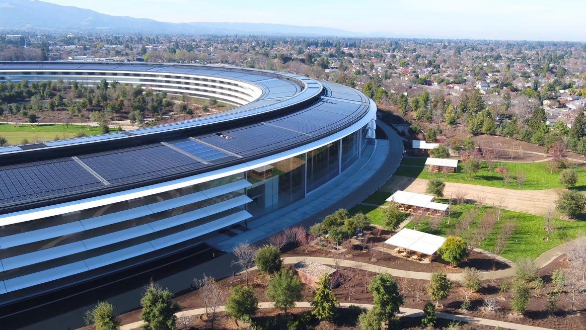 """Tim Cook powiedział, że """"siedzenie to rak"""" – pracownicy Apple dostaną siedząco-stojące biurka. Też powinieneś je kupić"""