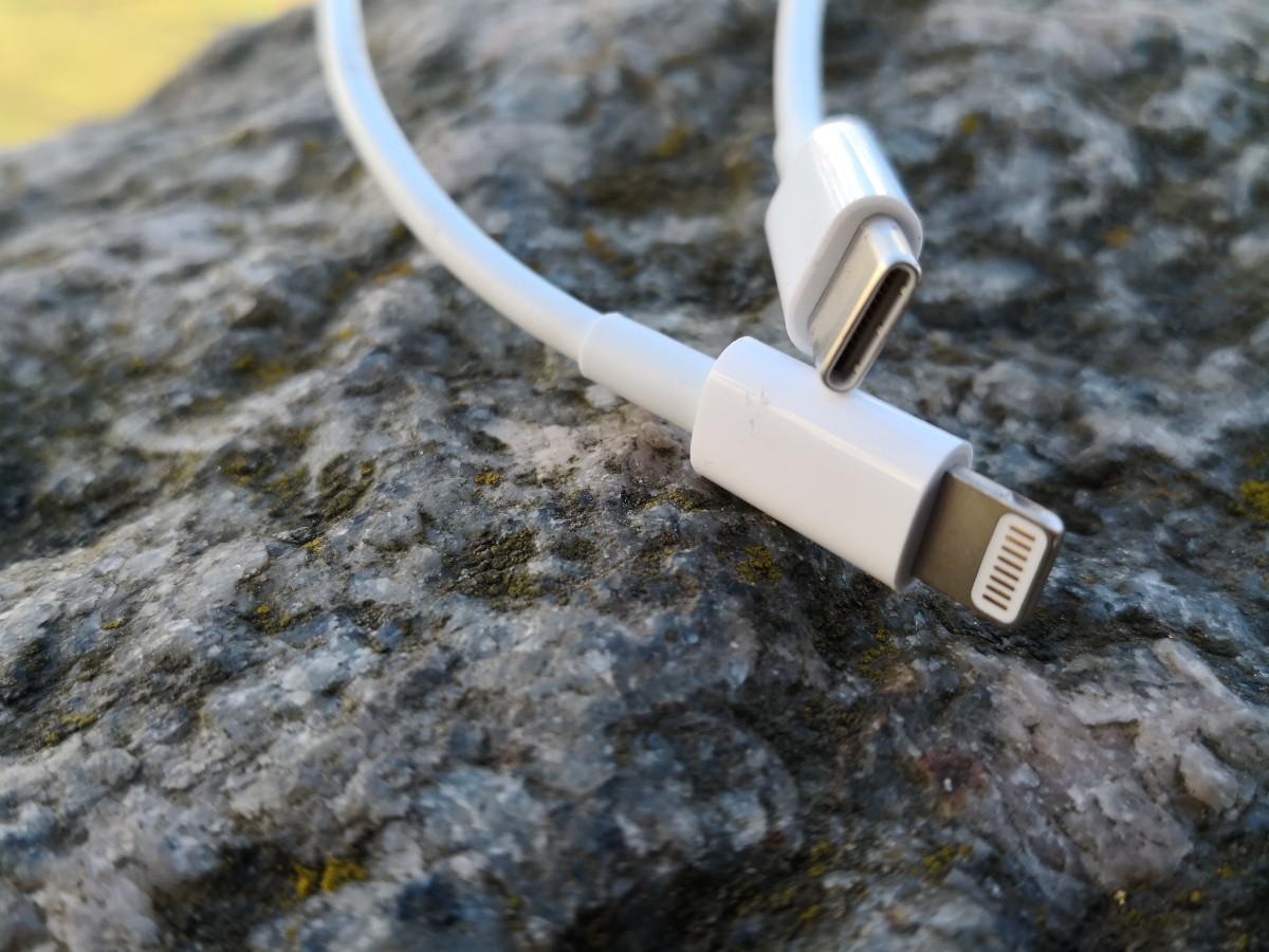 Tylko oryginalny przewód USB-C Lightning pozwala szybko ładować iPhone'a. Trzeba za niego zapłacić co najmniej 129 zł.