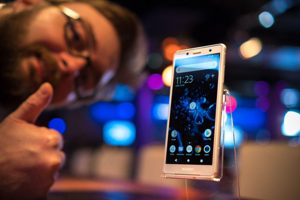 Sony przejechało się na usunięciu gniazda słuchawkowego. Przejściówka (do ładowania) uniemożliwia ładowanie