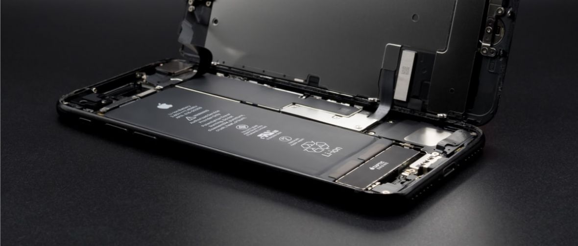 Apple mógł sprzedać kilka milionów iPhone'ów więcej, ale klienci woleli wymienić akumulatory. Tim Cook podał liczby