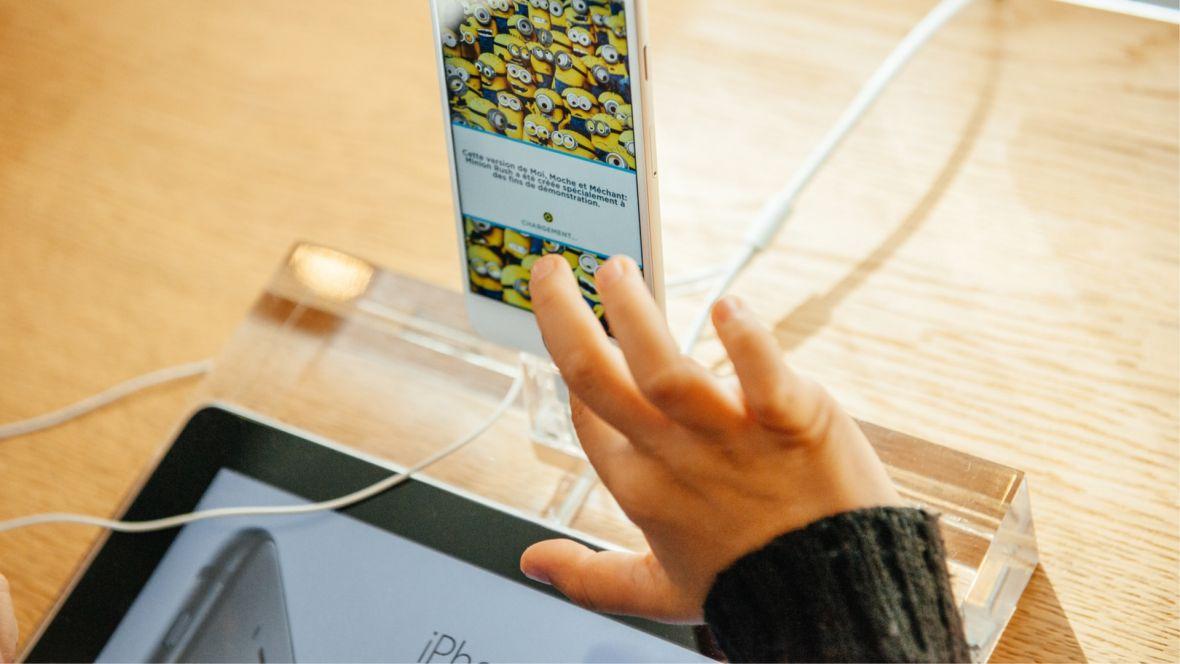 iPhone, czyli idealny telefon dla dziecka. Jak odpowiednio skonfigurować usługi Apple dla rodzin i rodziców?