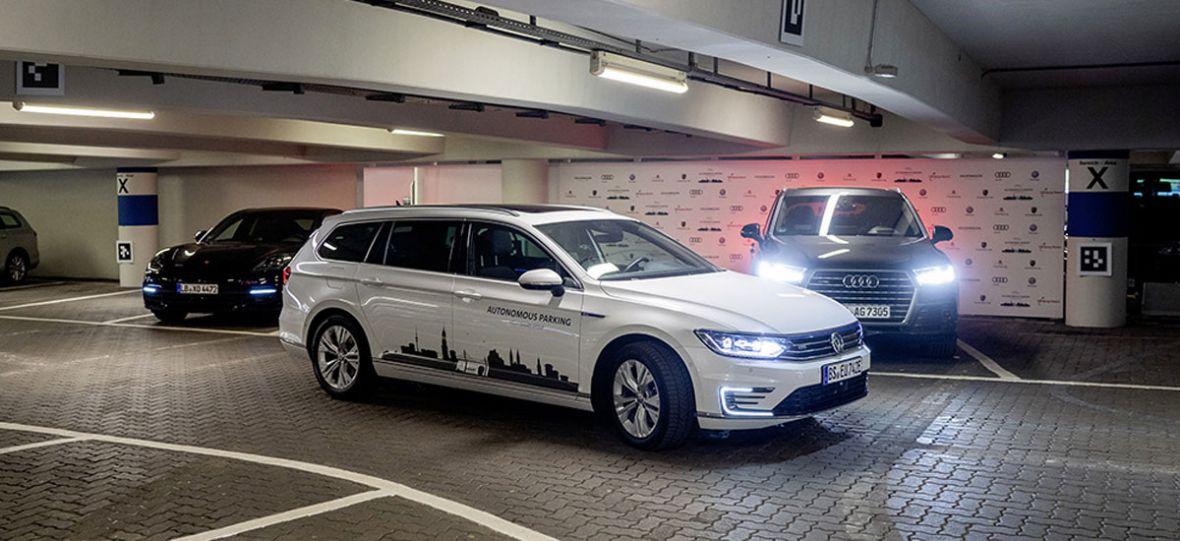 A gdyby samochody same szukały miejsc parkingowych? Volkswagen już testuje taką funkcję