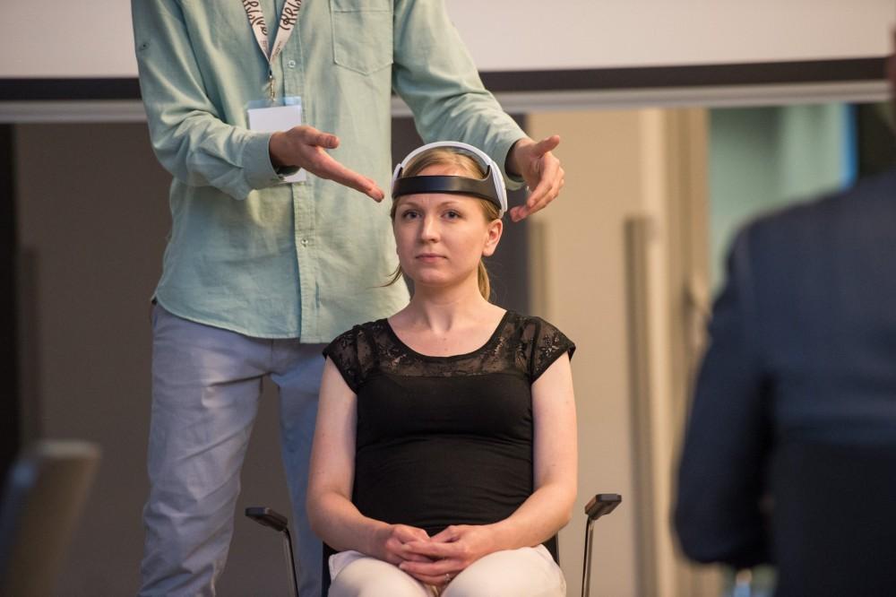 Prototyp opaski Neuro device podczas prezentacji.