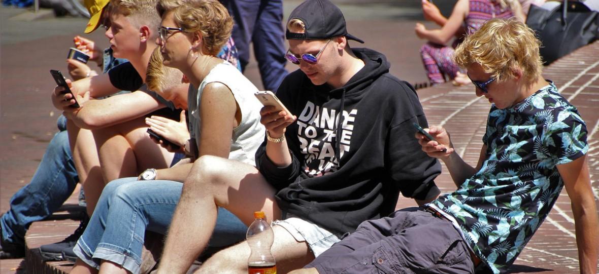 """Francja mówi """"stop"""" smartfonom w szkołach. Bezwzględny zakaz właśnie staje się faktem"""