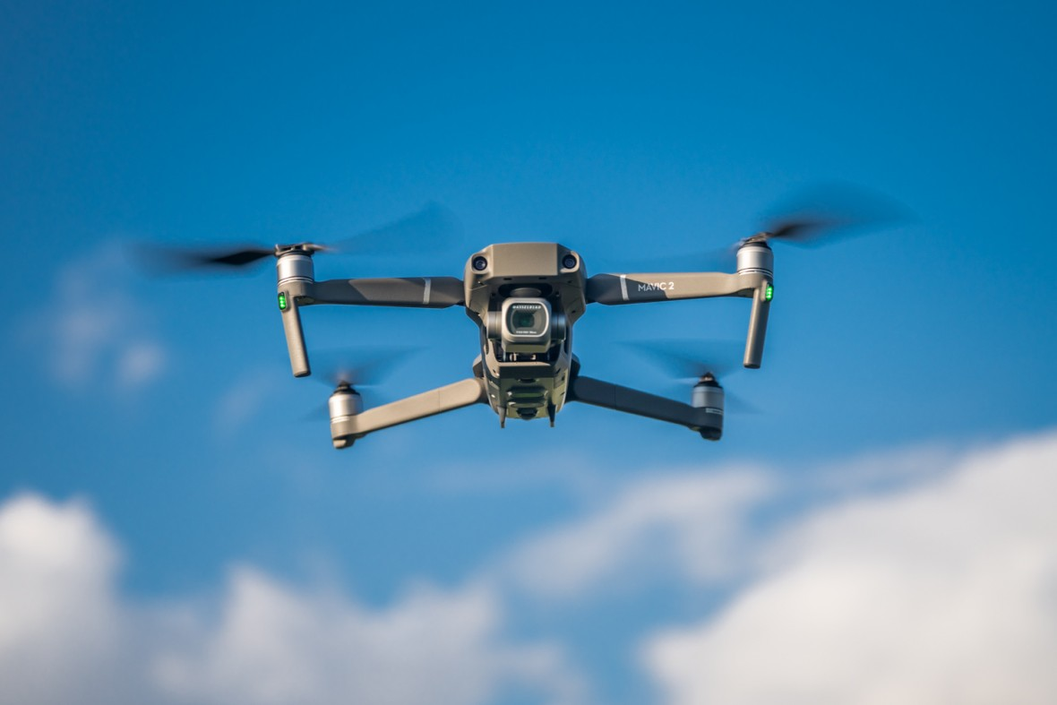 W końcu ktoś to sprawdził. Co stanie się po zderzeniu drona z głową człowieka?