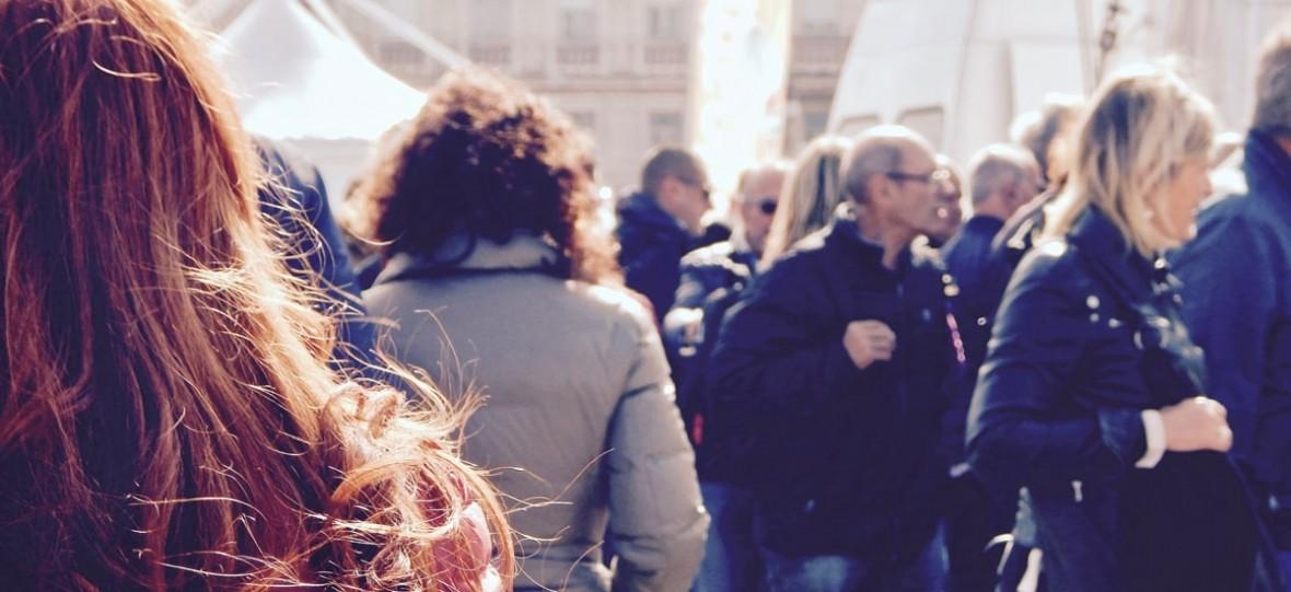 Kojarzysz tego gościa, który dziwnie patrzył na ciebie na przystanku? Facebook chce, żebyś dodał go do znajomych