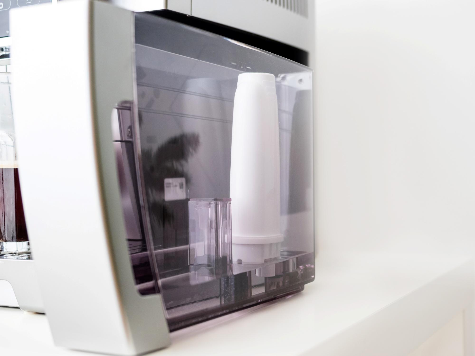 Pojemnik na wodę w ekspresie wyjmowany od przodu