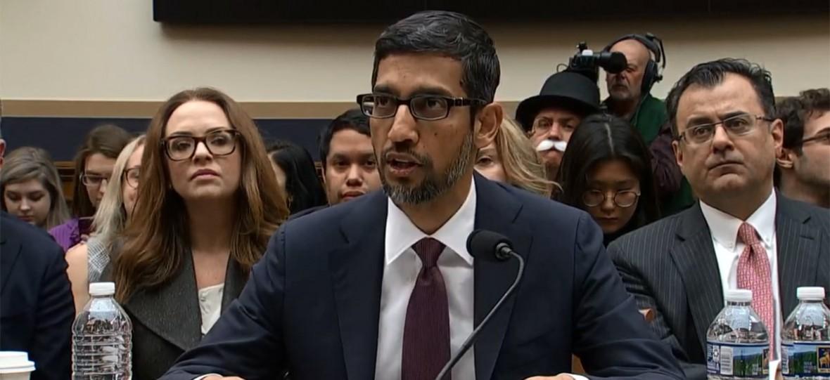 """Szef Google'a wyjaśnił, dlaczego po wpisaniu w wyszukiwarkę słowa """"idiota"""" pojawia się Donald Trump"""