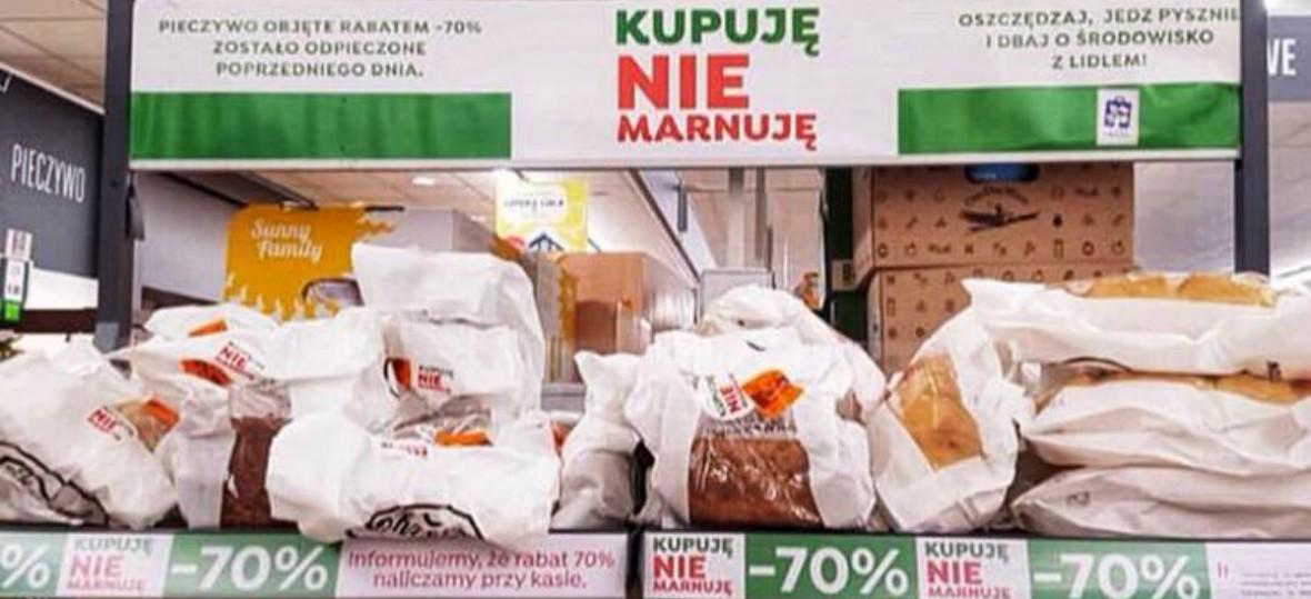 Jedzenie przecenione o 70 proc. wystawione na specjalnej półce w Lidlu