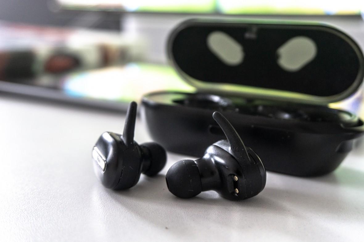 Trust Duet 2 to tanie, bezprzewodowe słuchawki douszne z ładującym etui – recenzja