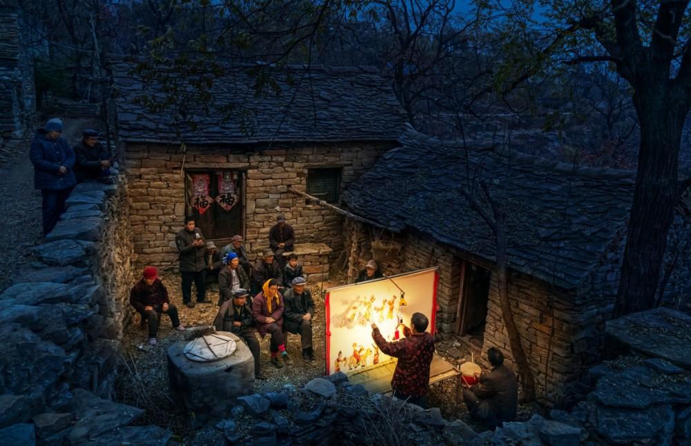 """Fot. Pan Jianhua (Chiny kontynentalne) """"Shadow Puppetry"""" (Teatr cieni) / sekcja otwarta, laureat kat. kultura (przy wsparciu serwisu Culture Trip) / 2019 Sony World Photography Awards"""