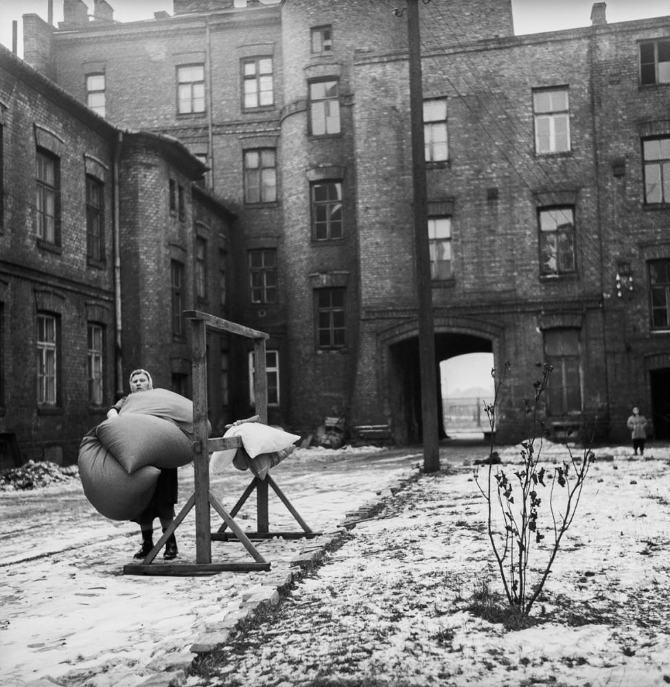 Warszawskie podwórko, 1960. Fot. Tadeusz Rolke/Agencja Gazeta